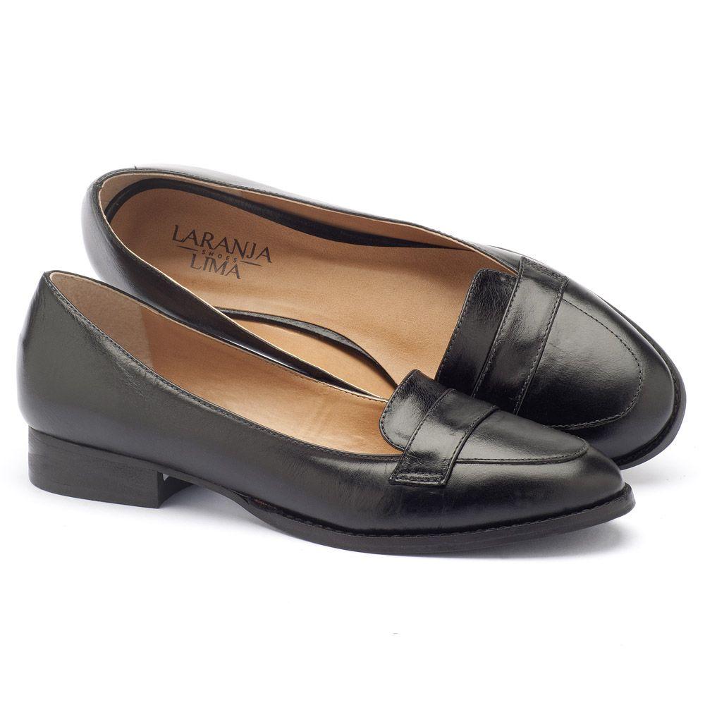 954cc2f2e8 Sapato Fechado Modelo Clássico com salto de 2 cm em couro preto 9374 ...